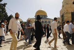 Las fuerzas de seguridad israelíes escoltan a un grupo de colonos judíos que visitan el complejo de la Mezquita al-Aqsa, venerado por ser el sitio de dos antiguos templos judíos, y el hogar de la Mezquita al-Aqsa, el tercer lugar sagrado del Islam, en la Ciudad Vieja de Jerusalén, el 2 de junio de 2019, cuando los israelíes conmemoran el Día de Jerusalén.