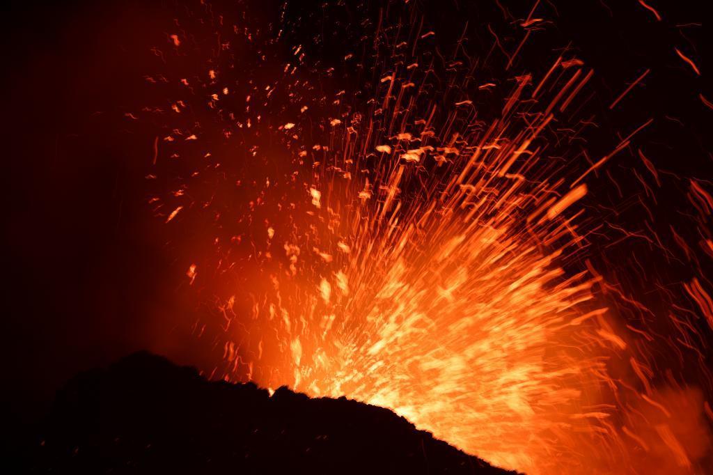 El volcán Etna, ubicado en la italiana isla de Sicilia, ha vuelto a entrar en erupción.