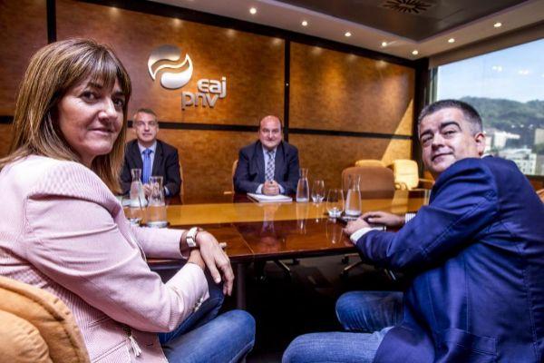 Socialistas y nacionalistas en una reunión en Sabin Etxea.