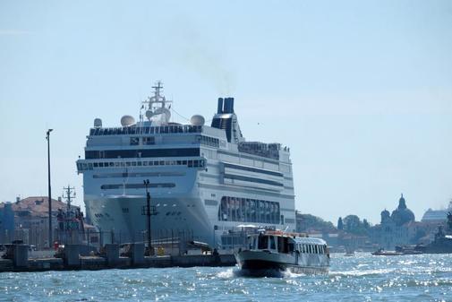 Un crucero de MSC pierde el control y se estrella contra un barco...