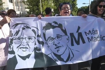 Simpatizantes de la alcaldesa en funciones de Madrid, Manuela Carmena, se concentraron este sábado en las puertas del Palacio de Cibeles para que continúe en el cargo.