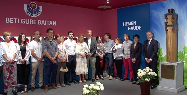 El lehendakari junto a familiares de los agentes asesinados.