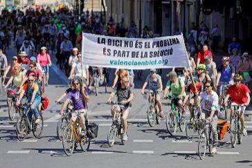 Las bicicletas toman Valencia para celebrar el auge del transporte sostenible