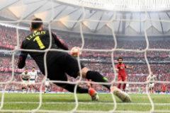 Lloris se lanza, sin éxito, ante el penalti de Salah.