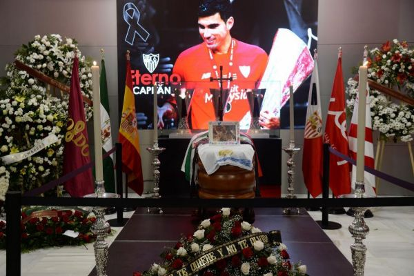 Féretro de José Antonio Reyes en el Sánchez Pizjuán.