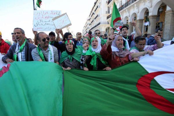 Cientos de argelinos protestaron el pasado viernes contra el régimen, en Argel.