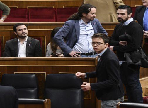 Pablo Iglesias conversa con Ramón Espinar, en el Congreso, en la celebración del 40 aniversario de la Constitución, en diciembre de 2018.