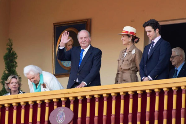 ***VERSIÓN CORREGIDA*** GRAF2582. ARANJUEZ (MADRID).- El <HIT>rey</HIT> Juan Carlos asiste a la plaza de toros de Aranjuez junto a su hija, la infanta Elena (2-d); su nieto, Felipe Juan Froilán de Marichalar (d); su hermana Pilar de Borbón (2-i), y su sobrina Simoneta Gómez-Acebo (i), para presidir una corrida homenaje a su madre, doña María de las Mercedes, con motivo de la festividad de San Fernando. El <HIT>rey</HIT> Juan Carlos completa este domingo su retirada de la vida pública y ya no encabezará ningún evento de carácter institucional, una decisión que empieza a hacer efectiva al cumplirse en esta jornada los cinco años del anuncio de la abdicación en su hijo, Felipe VI.
