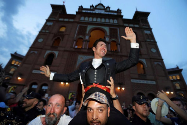 Leonardo Hernández saliendo a hombros por la Puerta Grande de Las Ventas por décima vez.