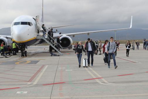 Pasajeros descendiendo de un avión de Ryanair que aterriza en el aeropuerto de Castellón.
