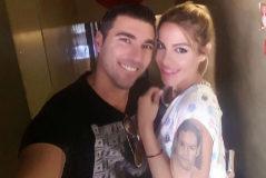 Reyes y su pareja, Noelia López Muñoz, que tiene en el brazo cara tatuada de su hermano fallecido.