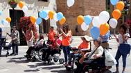 Enfermos y miembros de la AEMC frente al Ayuntamiento de Castellón en el día internacional de la esclerosis múltiple.