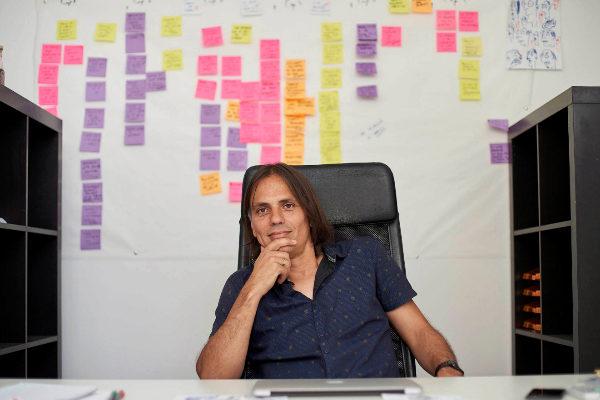 Rafael Cobos, en su estudio, lleno de pósits con la trama de la tercera temporada de la 'La Peste'.