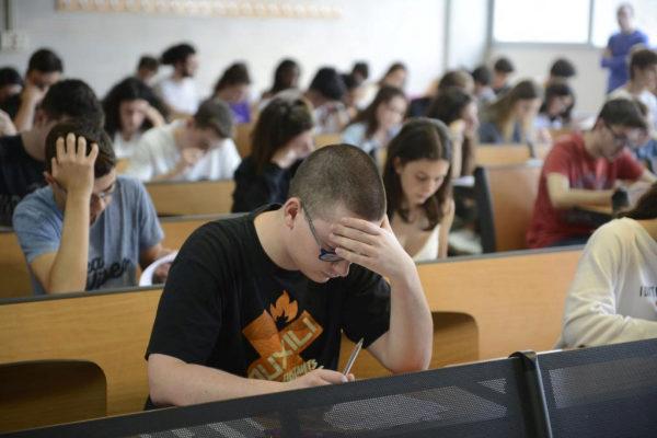 Alumnos durante los exámenes de Selectividad en Baleares