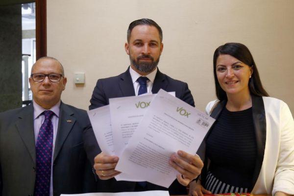 Santiago Abascal, junto a Francisco Alcaraz y Macarena Olona, presentando los escritos  en el Congreso reclamando las actas de ETA.