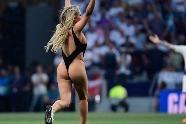 Una mujer semidesnuda invade el estadio Wanda en la final de la Champions