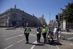 Agentes en uno de los acceso de Madrid Central.