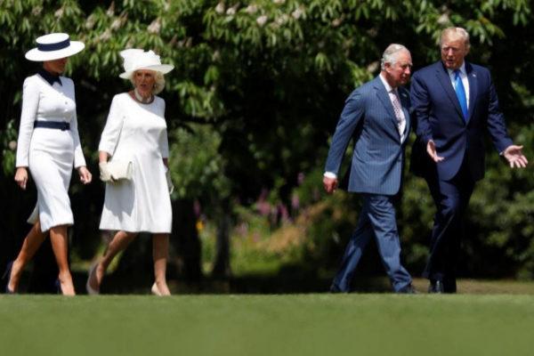 Donald Trump camina junto al Príncipe Carlos, al lado de Melania y Camila, en el Palacio de Buckingham.