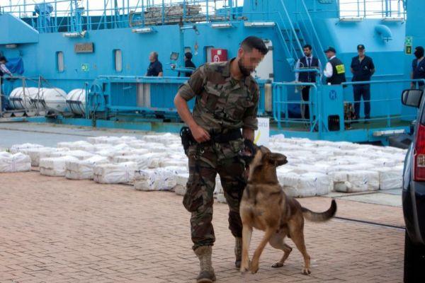 La droga desembarcada del 'Gure Leire', en el puerto de Vigo.