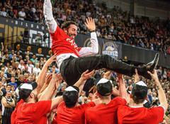 La plantilla del Bilbao Basket mantea a su entrenador,  Mumbrú.