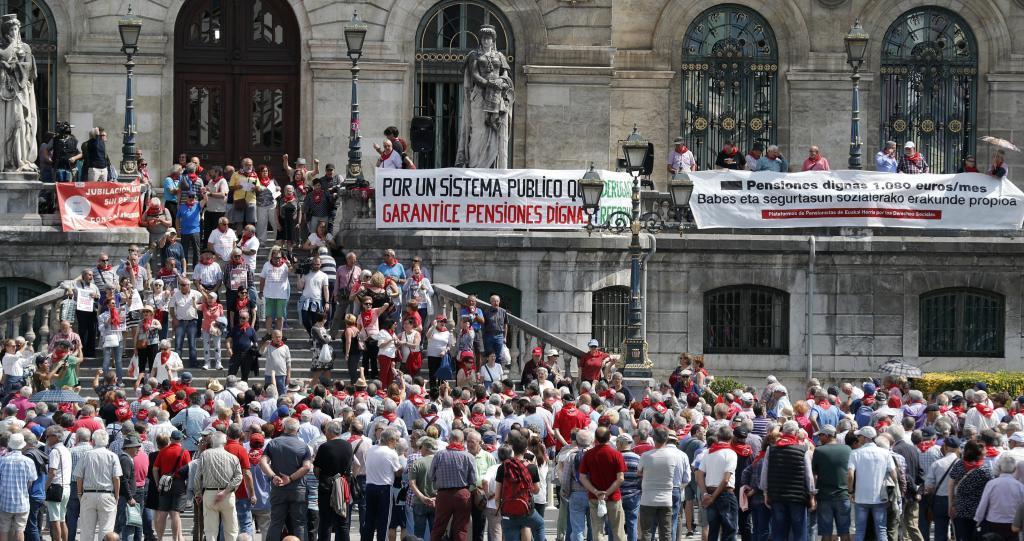 Concentración de los pensionistas en el Ayuntamiento de Bilbao.