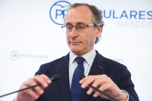 El presidente del PP Alfonso Alonso durante su comparecencia ante los medios de comunicación.