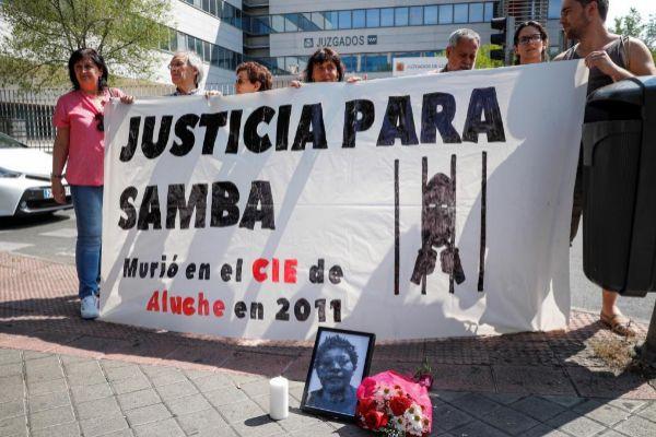 Varias personas protagonizan una concentración a las puertas del Juzgado de lo Penal número 21 de Madrid donde este lunes se juzga a un médico del CIE de Aluche.