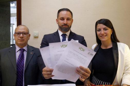 Santiago Abascal, junto a Francisco Alcaraz y Macarena Olona, de Vox, pidiendo en el Congreso las actas de la negociación con ETA.