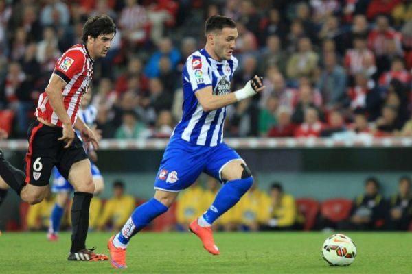 Lucas Pérez se escapa de San José cuando jugaba en el Deportivo de la Coruña.