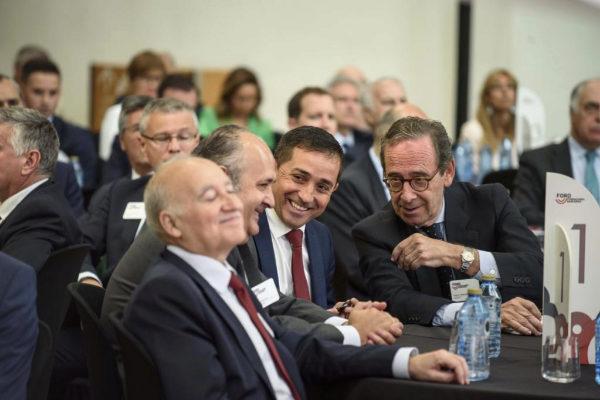Gregorio Villalabeitia, presidente de Kutxabak, a la derecha, junto al presidente de la BBK, Xabier Sagredo.