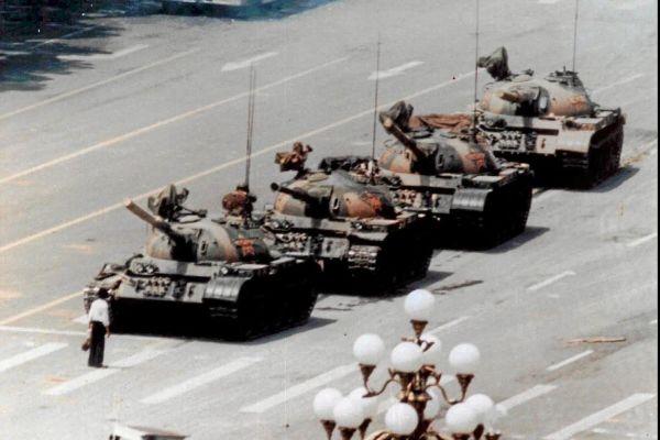 Emblemática imagen de la resistencia civil ante el terror comunista.