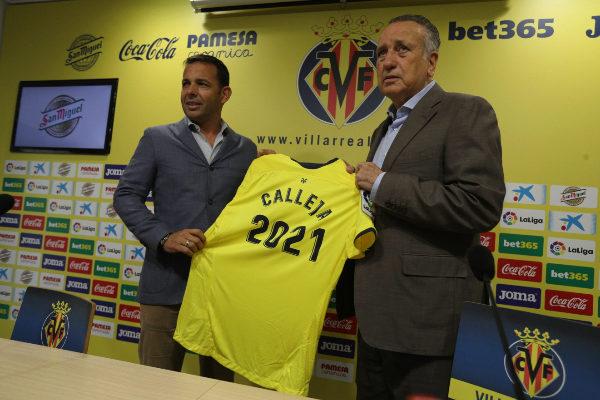 El entrenador, Javier Calleja, sujeta la camiseta de la renovación junto al presidente del club, Fernando Roig.