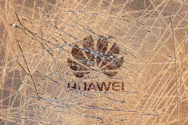 La superficie rayada de un teléfono de la marca Huawei.