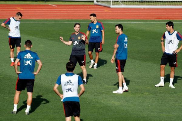 Robert Moreno (c) dirige el entrenamiento de España en Las Rozas.
