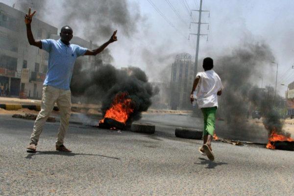 Protestantes sudaneses queman neumáticos cerca de los cuarteles militares.