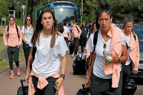 Guijarro (i.) y Ouahabi (d.), junto a sus compañeras al llegar a Deauville.