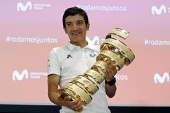 Carapaz, con su trofeo de campeón del Giro 2019.