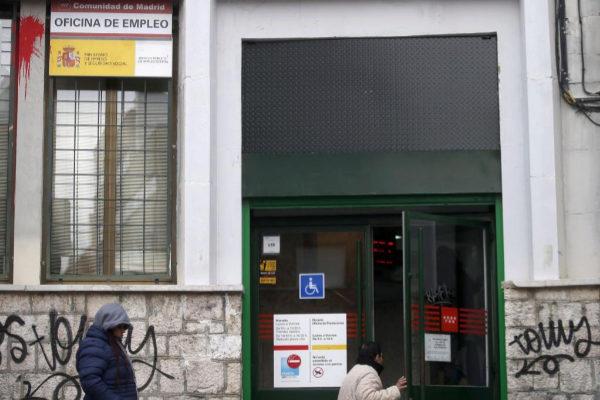 Una mujer entra en una oficina de empleo en Madrid.