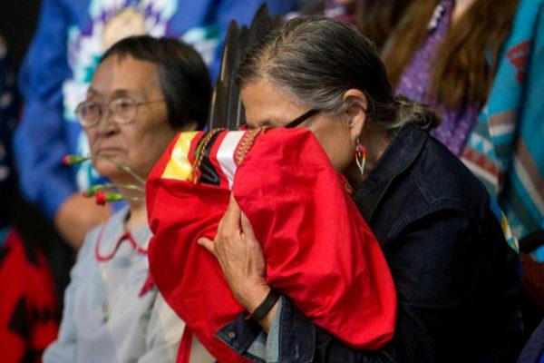 Una mujer indígena se emociona ayer durante la presentación, en Quebec, del informe final sobre la violencia sufrida por este colectivo.