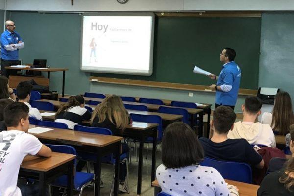 Una de las clases de economía financiera impartidas por Voluntarios de La Caixa, en un instituto.