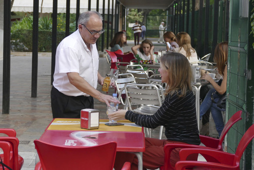 Imagen de archivo de un camarero atendiendo a un cliente en un establecimiento de Sevilla.