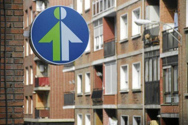 Logotipo en el exterior de una oficina de Lanbide.