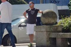 Fotografía del taxista que fue a trabajar en falda por el calor.