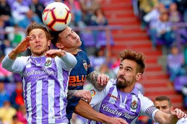 Keko (izda.) y Borja disputan el balón a Mina en el Valladolid-Valencia.