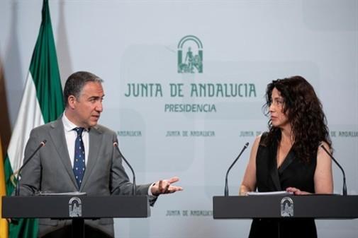 El consejero de Presidencia y portavoz del Gobierno, Elías Bendodo, junto a la consejera de Igualdad, Rocío Ruiz.