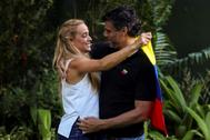 Lilian Tintori y Leopoldo López se abrazan en el jardín de la embajada de España en Caracas.