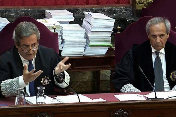 Imagen tomada de la señal de vídeo institucional del Tribunal Supremo, de los fiscales Javier Zaragoza (i) y Jaime Moreno (d), durante el juicio del 'procés'.