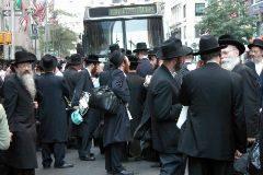 Un grupo de judíos ortodoxos, en la Quinta Avenida de Nueva York.