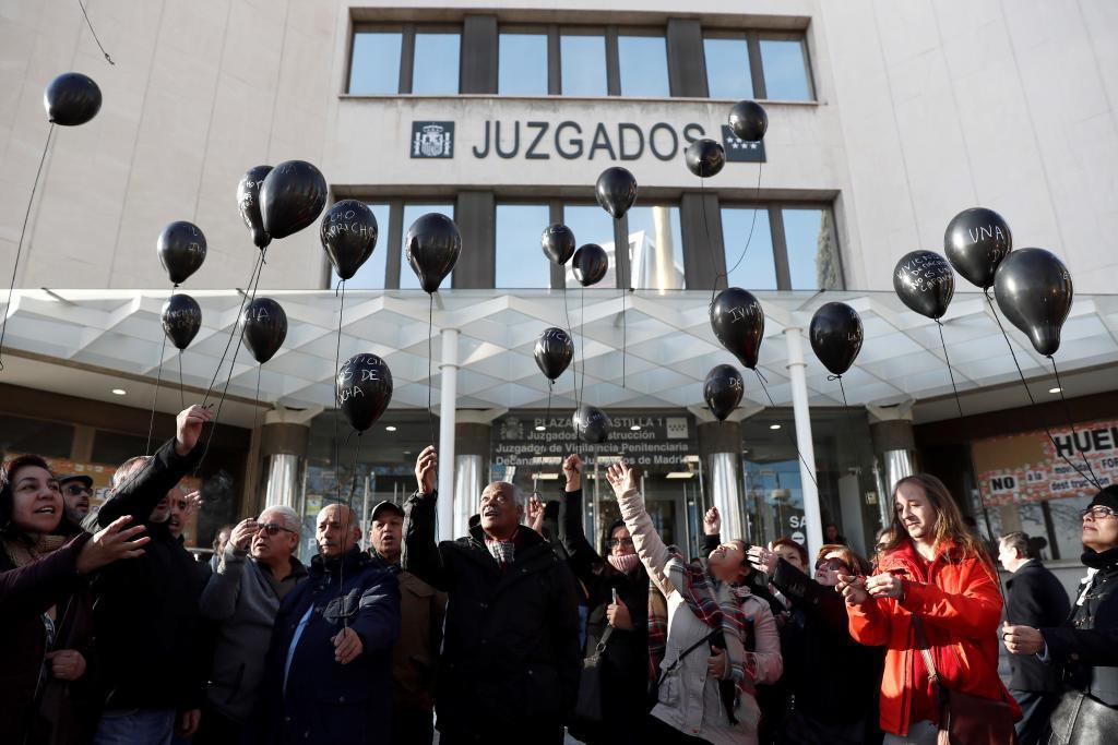 Un grupo de afectados por la venta de pisos del IVIMA en Plaza de Castilla.
