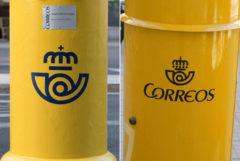 Un buzón de Correos con el nuevo logo (i) y otro con el anterior (d).